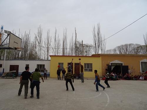 自治区地震局驻村工作队与村民...