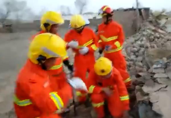 新疆塔什库尔干县消防官兵现场救援