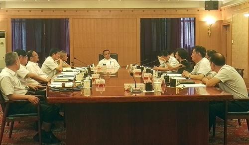 自治区召开专题会议研究《新疆维吾尔自...